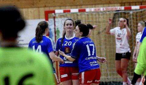 FORTVILER: Live Rushfeldt Deilas avsluttende straffekast ble reddet av Fredrikstads keeper og hun fortviler, men trøstes av Cathrine Korvald og Angela Cappellaro.