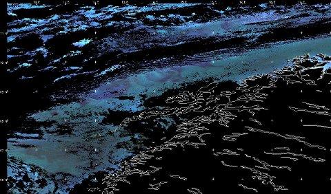Dette er et satelittbilde av raudåte utenfor vår kyst. Slik teknologi kan også brukes til å påvise plastforsøpling og mikroplast.