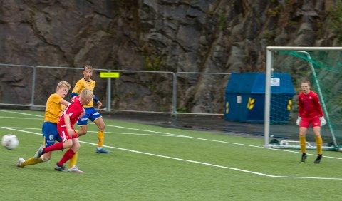 OVERENDE: Nikolay Nesje er fortsatt blant de minste på banen, og må ofte over ende. Men han har teknikk og blikk for spillet – og enorm treningsvilje.