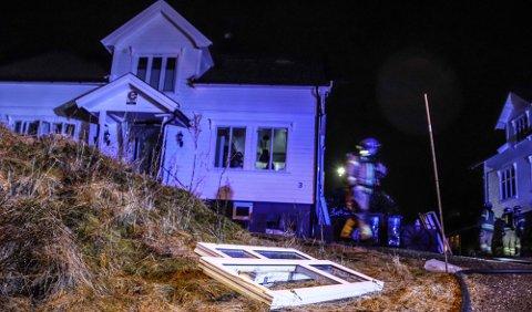 EKSPLOSJON: Vinduene ble presset ut som følge av eksplosjonen.