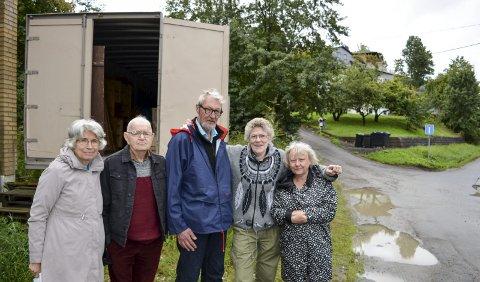 MOSS: Kari Marie (fra venstre) og Kjell Hansen, Frank og Gerd Johannessen og Ruth Monsvik må finne et nytt lager når containerne deres nå må vike for den nye jernbanen gjennom Moss.