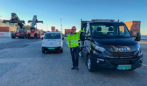MILJØVENNLIG TRANSPORT: Havnesjef Øystein Høsteland Sundby viser frem havnas nye, gassdrevne lastebil.