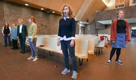 GOD AVSTAND: Moss Korforening øver i små grupper i Jeløy kirke på grunn av faren for koronasmitte. Sopran Anne Gro Myrtveit (foran) og leder Linde Wennersten (til høyre).