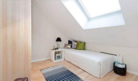FØR: Et soverom med sterile vegger og lite dekorasjon.