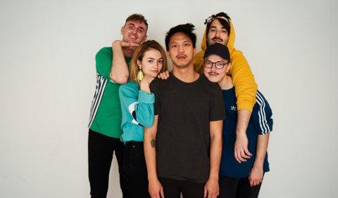 Bandet: Fra venstre: Håkon Kvam, Thea Ellingsen Grant, festivalsjef Jon Vu-Yen Nguyen, Brage Sanner Tellefsen og Andreas Sæle.