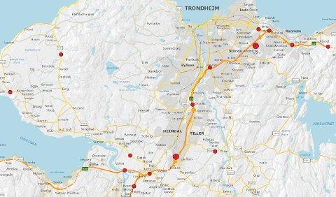De røde prikkene på kartet viser hvor det har vært dødsulykker i Trondheim de siste ti årene. Der det står tall i prikkene, viser det til antallet ulykker i samme område.