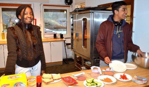 FROKOST: To av elevene som er fornøyd med å ha fått jobb på frokostklubben: Jacqueline Yaa Opoku (14) og Mortaza Arshad Choudery (15). Alle foto: Janina Lauritsen