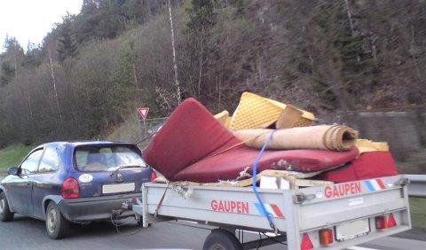 VIKTIG: I tillegg til at lasten din må sikres forsvarlig, er det viktig å huske på fartsreglene som gjelder når du kjører med tilhenger til avfallsstasjonen. Arkivfoto: Nina Schyberg Olsen