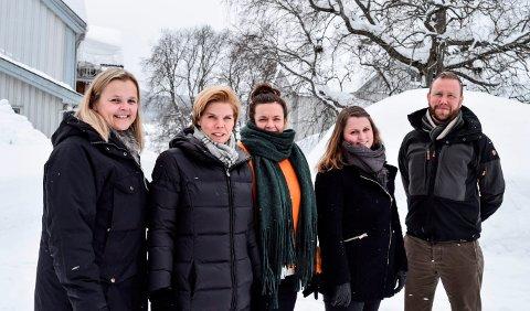 Styringsgruppa for prosjekt Plussbruk i Gjøvikregionen består av f.v. Ingun Revhaug, Gunn Mari Rusten, Julie Sigstad, Anne Duenger og Anders Olsen. Her er de samlet på tunet på Sigstad Gård i Biri.