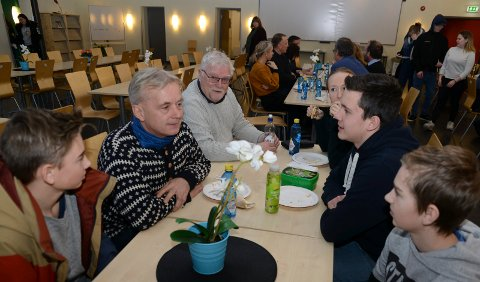 PÅ TUR: Fylkesmann Knut Storberget er på rundtur i nye Innlandet, hvor han blant annet snakker med ungdommen. Her fra kantina  ved Åsnes ungdomsskole.