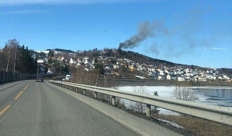 I GANG: Den tradisjonsrike kafeen i Tranberg brennes ned som øvelse av brannvesenet.