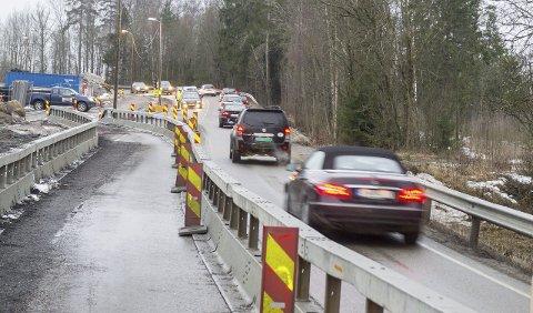 Åpent en vei: Langhusveien legges om inn mot Ski i forbindelse med utbyggingen av Follobanen. En strekning er avgrenset til en kjørebane, med lysregulering. Det vil vare frem til 15. mai. Foto: Kari Kløvstad