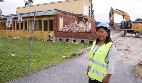 RIVES FOR Å GI PLASS TIL NYTT: Gymsalen fra 1964 er borte, og den gule bygningen fra 1970 er i ferd med å rives. For prosjektleder Sandra Reimundo står sikkerheten i høysetet. ALLE FOTO: METTE KVITLE