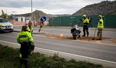ULYKKE: En motorsyklist har krasjet på Langhusveien onsdag ettermiddag.