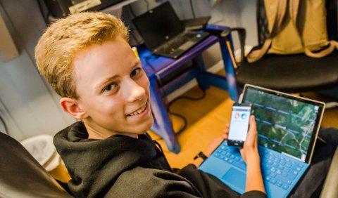 NY APP: Daniel Martinsen holder aktiviteten oppe med mobil og nett.