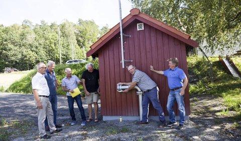 Nu pumpestasjon: Den nye pumpestasjonen er fullfinansiert av kommunen og er plassert rett nedenfor Torsøy grendehus. Den har kapasitet til å koble på 200 hytter. Fra venstre Rune Høiseth, Øystein Hovden, Endre Tanggaard, Karl Fredrik Borg og Trond Skisaker.  Foto: Sigrid Ringnes