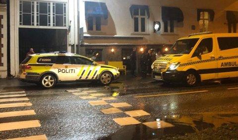 BLE EVAKUERT: Både politi og ambulanse ankom puben John Wright etter at en vakt mente han hadde oppfattet en bombetrussel. Utestedet ble evakuert, men det viste seg bare å være fyllerør.
