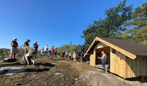 IDYLL: Onsdag var mange samlet for åpning av gapahuken. (Foto: PRIVAT)