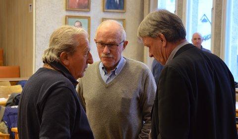 HÅPER PÅ LISTE: Kaare Aaneby (i midten) håper at Elverum Venstre klarer å stille liste igjen. Her i kommunestyret sammen med Ernst Tore Bekken i Team Elverum (til venstre),  og Arnfinn Uthus (Sp).