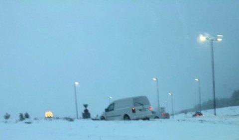 STOPP: Her står bilen i rundkjøringen i Elverum.