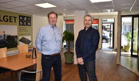SNART LANSERING: Trond Jørgen Arnesen (til venstre) og Frode Cato Jakobsen på salgskontoret.