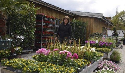 FRODIG OG FARGERIKT: Får Mari Kramprud Arnesen velge sjøl, vil hun gjerne ha det frodig rundt seg. Nå merker hun at flere enn noensinne skal ha hjemmesommer.