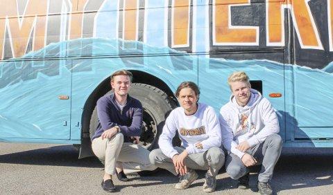 HAR STÅTT PÅ: F.v. Teodor Sommerstad (19), Jesper Kibsgaard (19) og Christian Laberg (19) har lagt ned mange dugnadstimer på å få russebussen «Mytteriet» klar for årets russefeiring.