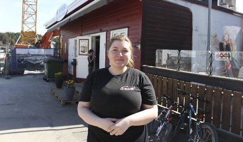 KIOSK OG ANLEGG: Silje Wernersson har hatt Brygga Kiosk & Grill i Langesund åpen hele påska, selv om det er kaos rundt kiosken med renoveringsarbeidene på Søndre Dampskipskai. Dette er femte sesongen Silje Wernersson driver kiosken på brygga i Langesund på egne ben, og hun gleder seg til sommeraktivitetene med nattåpen kiosk også.