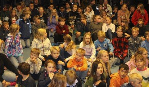 JUBILEUM: Gymnastikksalen på Herre skole var fullsatt med elever, foreldre og gjester da det var jubileumsfeiring for ungdomsskolen. På grunn av regnvær, kunne ikke festen arrangeres ute i skolegården som var planen. Men det gikk fint å ha talene og kakefesten innendørs.