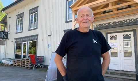 JUBLER: Ragnar Sande ved Kafe K er veldig glad for at de er blitt kvitt stillasene som omkranset bygget inntil nylig.