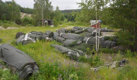 DUMPET: 30-40 ruller kunstgress er dumpet i sandtaket på Eidanger.