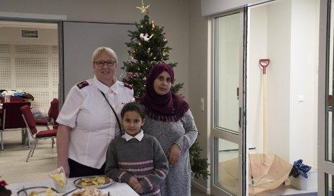 Sto for maten: Marie Skuland sammen med Zarifa Abde og datteren Nour Khoio.  Foto: Vilde Haugen