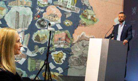 - Helseminister Bent Høie er klar og tydelig på at det skal være to sykehus på Helgeland, og at han er uenig med dem som mener Mo i Rana og Nord Helgeland ikke har behov for sykehus i framtida. På benken, styreleder i Helse Nord, Renate Larsen.