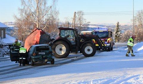 ULYKKE: En traktor kjørte i følge politiet inn i en bil ved krysset Furnesvegen/Mørkvedvegen tirsdag formiddag.