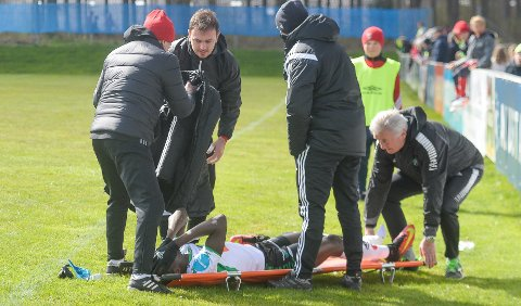 Skadet: Ibrahima Dramé ble grisetaklet av Vidars Bjørnar  Holmvik, og ble fraktet til sykehus med beinbrudd. I øyeblikket har HBK bare én frisk spiss.
