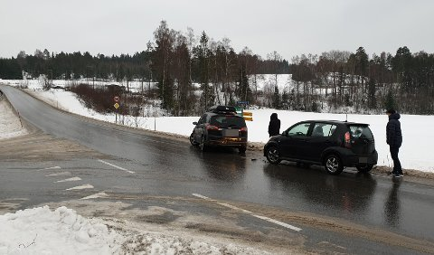 GLATT: Det er svært glatt på veiene onsdag og disse bilene kolliderte. Regnet har gjort at det er holke flere steder. På Røyse skal flere biler ha fått trøbbel.