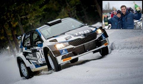 JUBLER: Fører Marius Aasen og kartleser Marlene Engan Aasen jubler over seieren i den første NM-runden i rally.