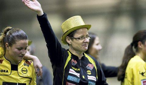 Gullfeiring: Monica Knudsen med gullhatt da seriegullet ble sikret mot Stabæk i fjor. Foto: NTB scanpix