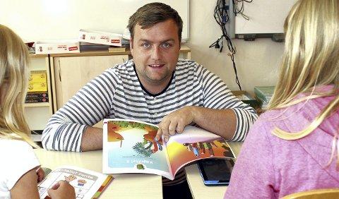 Både bøker og brett: Matteansvarlig Kim André Stavenæs Refvik ved Volla skole gleder seg til å ta i bruk Dragonbox som læreverk for førsteklassingene. Fargerike figurer og metoder inspirert av dataspill skal fange elevenes oppmerksomhet. Begge foto: Torstein Davidsen