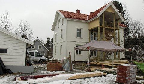 101 ÅR: Hovedbygningen på «Fjellhøy» i M. Jul. Halvorsens veg er oppført i 1916. Huset ble i flere år benyttet som pensjonat. Tomta er på 1.247 kvadratmeter. Istandsettingen pågår fremdeles. Kjøperne håper at de kan flytte inn i løpet av sommeren. FOTO: kjell aasum