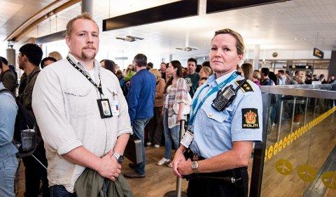 KRITISKE: Hovedverneombud for funksjonell enhet på Romerike, Audun Martinsen og vaktleder Randi Nymoen ved Gardermoen politistasjon. Bildet er tatt ved en tidligere anledning.