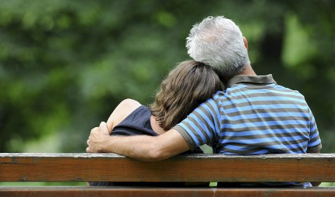 Familieterapeuten minner om at 25 år og 50 år ikke er det samme som for eksempel 35 og 60 år. Se for deg hvordan framtida vil bli, råder hun den unge kvinnene som ønsker å fortsette forholdet med en dobbelt så gammel mann.Illustrasjonsfoto: NTB Scanpix
