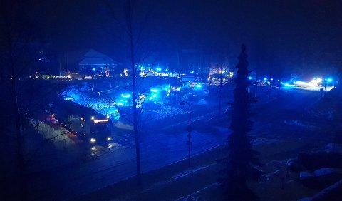 Stort omfang: En rekke nødetater er samlet ved bussholdeplassen i Ask sentrum. FOTO: RB-TIPSER