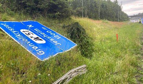 MEID NED: Her ligger skiltet etter ulykken. Foto: RB-TIPSER