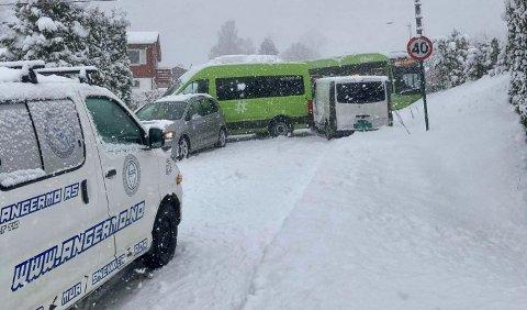 KAOS: Busser, biler og redningsbiler kjørte i hverandre.