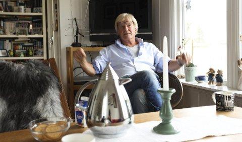 TRIST: Tom Mathisen sørger over at hans tidligere Prima Vera-kompanjong Jahn Teigen er gått bort, bare 70 år gammel. Bildet er tatt i hytta på Bjerkøya ved en annen anledning.