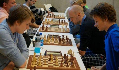 Johan-Sebastian Christiansen (til venstre) fra Sandefjord gjør det lynbra i VM i lynsjakk.