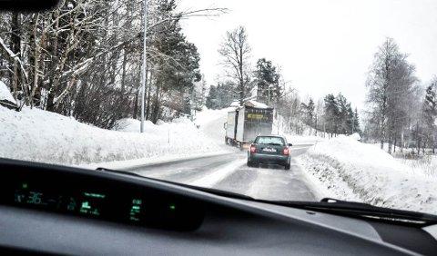 FYLKESVEI: Statens vegvesen krever vinkelrett kryss ved avkjøringen til Hasås fra Kodalveien, som er fylkesvei. Dersom veien flyttes mot høyre i bildet, nærmere Gallisvannet, vil det koste bedriften mellom 14 og 22 millioner kroner.