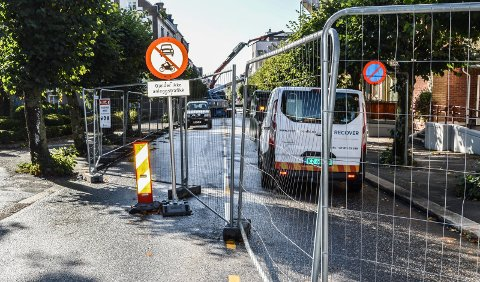 STENGT: Renoveringen av fasadene i Jernbanealleen gjør det nødvendig at veien er stengt.