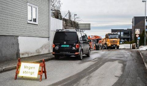 ANLEGGSARBEIDER: Sanering av vann og avløp foregår øverst i Kjellbergveien, som er forlengelsen av Pukkestadveien. Bildet er tatt fra krysset med Haneholmveien.